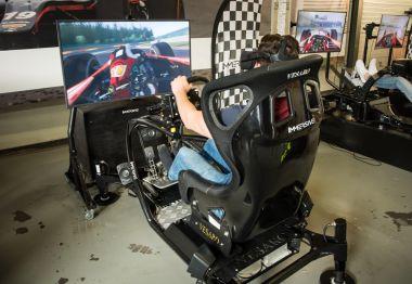Racen in een geavanceerde Vesaro racesimulator om te trainen